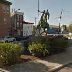 Ciudad Real: El Quijote de la Plaza del Pilar desafía a un supermercado en un desangelado rincón de Filadelfia