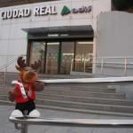 Beta Comunicación persigue al reno Vicente para donar una tonelada de comida al Banco de Alimentos