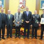 La Policía Local de Valdepeñas recibe la medalla de la Cofradía Jesús Caído por su hermanamiento