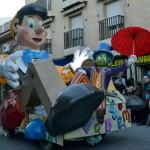Más de 1.000 personas ponen color al desfile de carrozas, charangas y peñas de Daimiel