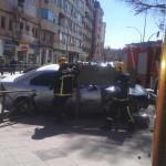 Los bomberos liberan a un hombre herido tras la colisión de dos vehículos en pleno centro de Ciudad Real