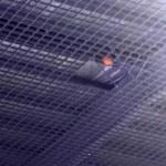 Que se cargan el Quijote Arena: Un pelotazo del portero del Barça incrusta el balón en el techo y caen sobre el campo fragmentos de la estructura metálica