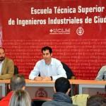 El atleta Javier Bermejo entrega los trofeos deportivos de la Escuela de Industriales de Ciudad Real