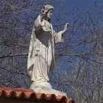 Polémica en Argamasilla de Calatrava después de que un vecino pidiera otra entrada al cementerio para que sus restos no pasen por debajo del Cristo