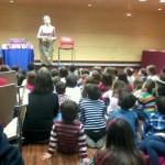 Maricuela engatusa a los más pequeños con su repertorio de cuentos