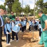 Los escolares plantan árboles y arbustos en las riberas del Azuer