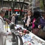 Puertollano: La alcaldesa visita la mesa informativa de la Asociación de Enfermos de Párkinson en el Paseo San Gregorio