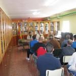 El escritor Manuel Valero habló de literatura con los internos de Herrera de la Mancha con motivo del Día del Libro