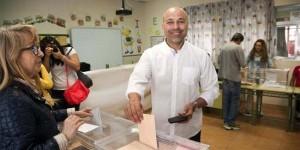 El candidato de Podemos, José García Molina, vota en Talavera de la Reina (EFE)