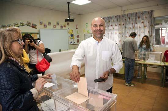 El candidato de Podemos, José García Molina, vota hoy en Talavera de la Reina (EFE)
