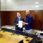 PSOE y Podemos se comprometen ante notario a cumplir los más de 40 puntos del acuerdo de investidura de García-Page