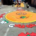 Las bellas alfombras de flores y más de 70 niños de Primera Comunión, alegría de la celebración del Corpus en Herencia