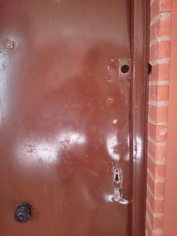 Puerta de la vivienda forzada el pasado sábado