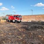 Los bomberos sofocan un incendio de pastos a la entrada de Miguelturra