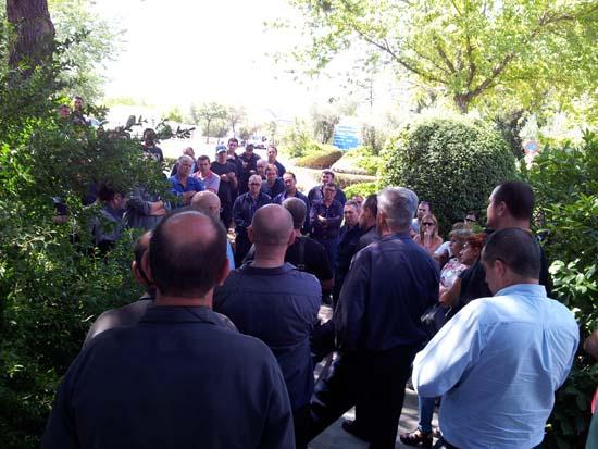 Trabajadores de contratas, en asamblea tras la reunión con la dirección