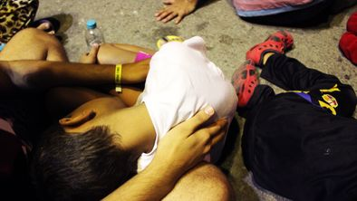 Un niño refugiado en brazos de su hermano mayor en el puerto de Kos, Grecia © Amnesty International (Photographer: Eliza Goroya)
