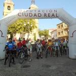Un centenar de ciclistas participaron en la primera ruta otoñal de bici de montaña de la Diputación