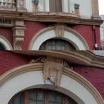 La fachada antiguo Colegio Ferroviario continúa cayéndose a pedazos