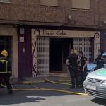 Los bomberos sofocan un incendio en una peluquería de la calle Ruiz Morote