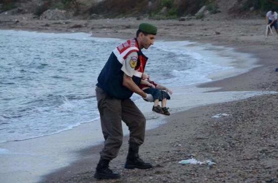 Guardia costero turco recoge el cuerpo de Aylan Kurdi. Fotografía de Nilufer Demir