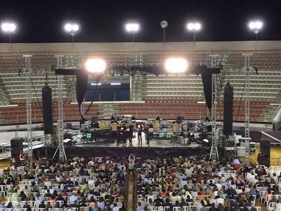 Público en la Plaza de Toros de Puertollano, momentos antes de conocer la suspensión del concierto de Miguel Poveda