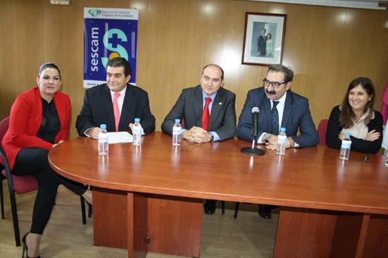 Cesáreo Peco, segundo por la izquierda, y Jesús Fernández, cuarto, acompañados por la alcaldesa y el director de Sanidad
