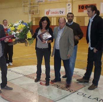 Graci Sanz, en el centro de la imagen, durante un acto homenaje