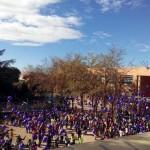 El cielo de Poblete se inunda de globos morados con mensajes de escolares a favor de la igualdad y contra la violencia de género