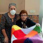Usuarias de la Residencia Santa Teresa Jornet tejen un manto de solidaridad para abrigar a los refugiados sirios