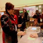 Juana Caro (IU-Unidad Popular) invita a dar «un puñetazo» en las urnas para «recuperar la dignidad y todo lo que nos han quitado»