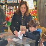 Rosa Romero ejerce su derecho al voto en el colegio José Maestro, en Ciudad Real