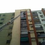 Los bomberos actúan en la Avenida de La Mancha tras la caída de cascotes