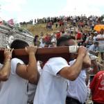 Los mozos de Valverde recuerdan que donde más segura está la Virgen de Alarcos es en sus manos