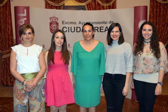 La Dulcinea (centro) acompañada de sus damas