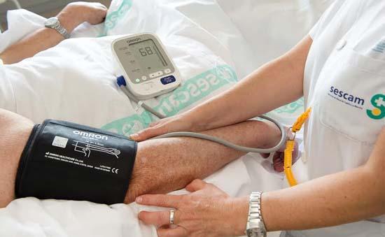 Una enfermera toma la tensión en el Hospital Nacional de Parapléjicos