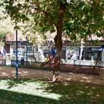 El Ayuntamiento compra polos y gorras para la Policía Local por 17.600 euros y losetas de caucho por 7.200 para los juegos infantiles de la calle Libertad