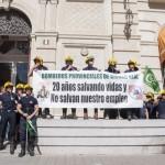 Los bomberos de Emergencia Ciudad Real llevan su protesta a las puertas de la Diputación