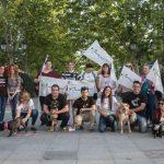 El PACMA hace campaña concienciando sobre la adopción de perros abandonados
