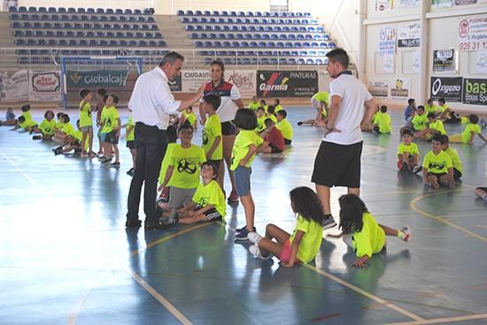 El alcalde de valdepe as clausur el primer turno del - Polideportivo manzanares el real ...