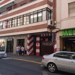 Los bomberos entran en la casa de una anciana en la calle Paloma alertados por un familiar