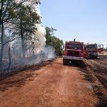 Las llamas de un incendio de rastrojos en la carretera de Fuensanta alcanzan a dos chalés