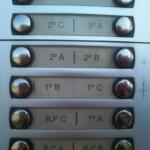 Alarma en Avenida de los Descubrimientos por la aparición de marcas en porteros automáticos