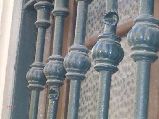 Detalle de ventana del Obispado, dejando testimonio de un impacto de metralla