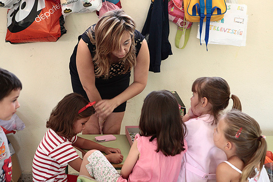 La-alcaldesa,-en-una-imagen-de-archivo,-junto-a-niños-de-la-localidad