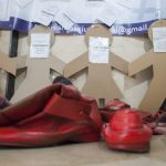 Los zapatos rojos de Feminismos pisan la Residencia Universitaria Santo Tomás de Villanueva