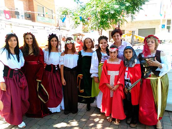 fiestas-virgen-concejal-junto-a-grupo-personas-disfrazadas