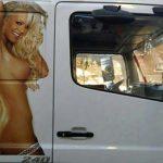 Feministas denuncian a una empresa de transporte de carne de Alcázar por utilizar a una mujer en «actitud sexual» como reclamo publicitario