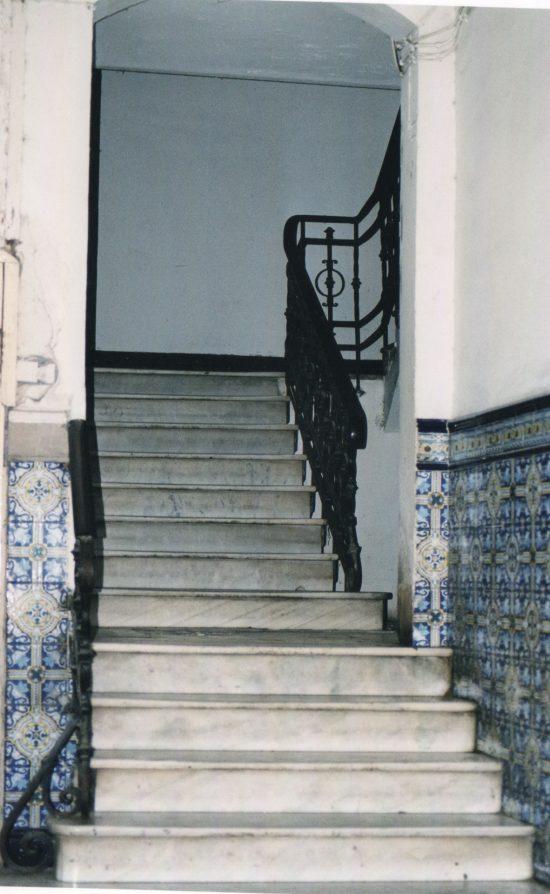 La escalera de acceso a los pisos
