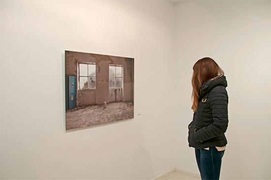 Una visitante observa una de las obras ganadoras
