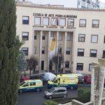 Los servicios sanitarios atienden en la Escuela de Arte a una alumna que sufrió un desvanecimiento
